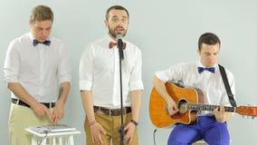 De professionele die musici in een band worden verenigd presteren binnen stock video