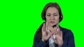 De professionele financiële vrouw van de adviseuradviseur met hoofdtelefoon raadplegende klant