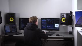 De professionele hakker barstte de code en doordrong aan de server met een groot gegevensbestand Een succesvolle cyberaanval binn stock video