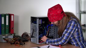 De professionele het meisje van de computerhersteller hardware van de bevorderingscomputer stock video