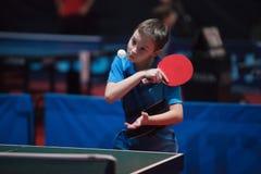 De professionele jonge jongen van de pingpongspeler ondergeschikt Kampioenschapstoernooien royalty-vrije stock foto