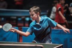De professionele jonge jongen van de pingpongspeler ondergeschikt Kampioenschapstoernooien stock fotografie
