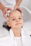 De professionele jonge kapper maakt hairwash voor Stock Afbeeldingen