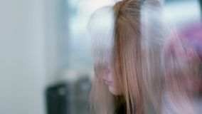 De professionele kapper gebruikte een hairdryer Slow-motion stock videobeelden