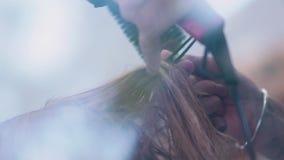 De professionele kapper gebruikte een hairdryer Slow-motion stock video