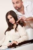 De professionele kapper kiest de kleur van de haarkleurstof royalty-vrije stock foto