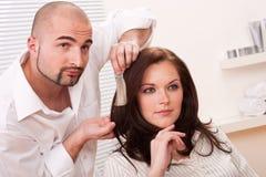 De professionele kapper kiest de kleur van de haarkleurstof stock fotografie