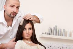 De professionele kapper kiest de kleur van de haarkleurstof stock afbeelding