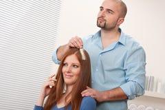De professionele kapper kiest de kleur van de haarkleurstof royalty-vrije stock afbeelding