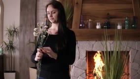 De professionele Kaukasische vrouwelijke bloemist hoofd voorbereidingen treffende en selecterende thee nam takken binnen voor de  stock videobeelden