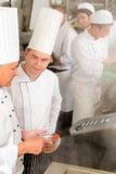 De professionele kok van de keukenchef-kok voegt kruidvoedsel toe Stock Foto's