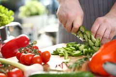 De professionele Komkommer van Chef-kokhand chopping fresh stock foto's