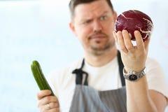 De professionele Kool van Chef-kokholding whole purple royalty-vrije stock fotografie