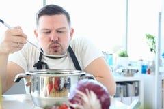 De professionele Lepel van Chef-kokblowing metal kitchen royalty-vrije stock foto