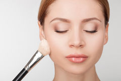 De professionele make-upkunstenaar behandelt aantrekkelijk Royalty-vrije Stock Foto's