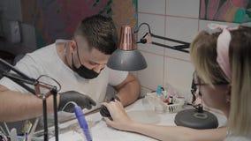 De professionele manicuremens verwijdert opperhuid met speciale schaar stock footage