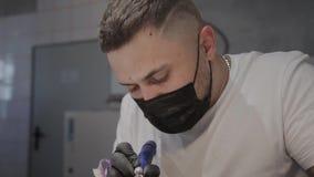 De professionele manicuremens verwijdert oud nagellak uit een meisje gebruikend een speciaal middel om nagellak te verwijderen stock footage