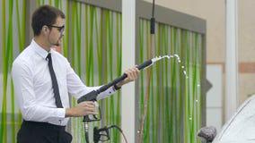 De professionele mannelijke van de commerciële schoonmakende auto klassenbestuurder bij zelfbedieningsautowasserette stock video