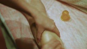 De professionele masseur kneedt benen van meisjespatiënt stock videobeelden