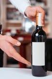 De professionele meer sommelier fles van de holdingswijn Royalty-vrije Stock Foto