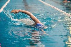 De professionele mensenzwemmer zwemt Royalty-vrije Stock Foto's