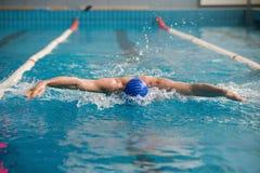 De professionele mensenzwemmer zwemt Royalty-vrije Stock Foto