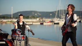 De professionele musici van levende muziek spelen op muzikale instrumenten in de dag stock video