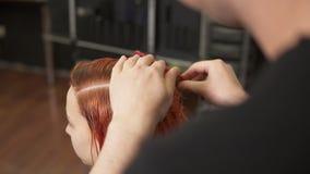 De professionele onherkenbare herenkapper bereidt vrouwen` s haren voor kleuring in schoonheidsstudio voor, vrouwenveranderingen  stock videobeelden