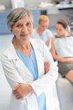 De professionele patiënt van de tandartsvrouw bij tandchirurgie stock foto