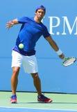 De professionele praktijken van Fernando Verdasco van de tennisspeler voor US Open 2013 in Billie Jean King National Tennis Cente Royalty-vrije Stock Afbeelding
