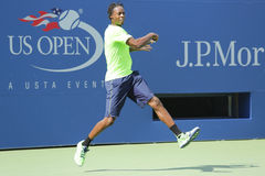 De professionele praktijken van Gael Monfis van de tennisspeler voor US Open 2014 in Billie Jean King National Tennis Center Royalty-vrije Stock Fotografie