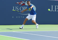 De professionele praktijken van Mikhail Youzhny van de tennisspeler voor US Open 2013 in Louis Armstrong Stadium Stock Fotografie