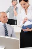 De professionele rijpe secretaresse van het zakenmanbureau stock fotografie