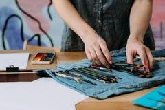 De professionele schilder die van kunstenaarshulpmiddelen borstel kiezen royalty-vrije stock afbeelding