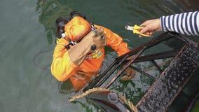 De professionele scuba-duiker neemt hulpmiddel aan het onderwaterwerk en duiken in overzees stock videobeelden
