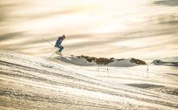 De professionele skiër die acrobatische sprong uitvoeren op bergaf berijdt stock afbeeldingen