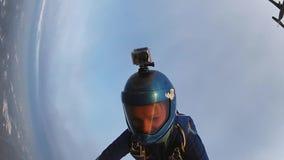 De professionele skydiverssprong van vliegtuigholding dient hemel in Extreme sport stock video