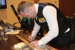 """De professionele snookerspeler John Higgins geeft autographs tijdens de toernooien""""victoria Bulgarije open† van de Wereldsno Royalty-vrije Stock Afbeelding"""