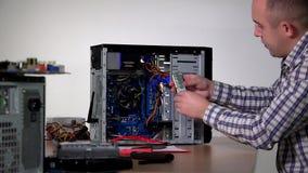 De professionele de specialistenmens van de computerdienst installeert ramsgeheugen stock videobeelden