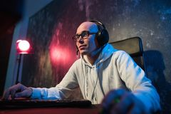 De professionele Spelen van Jongensgamer in Videospelletje op eSportstoernooien of in Internet-Koffie Hij draagt Hoofdtelefoons e stock foto