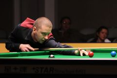 """De professionele speler speelt snooker tijdens de toernooien""""victoria Bulgarije open† van de Wereldsnooker in Sofia royalty-vrije stock foto's"""