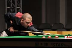 """De professionele speler speelt snooker tijdens de toernooien""""victoria Bulgarije open† van de Wereldsnooker in Sofia Royalty-vrije Stock Foto"""