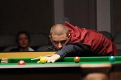"""De professionele speler speelt snooker tijdens de toernooien""""victoria Bulgarije open† van de Wereldsnooker in Sofia Stock Fotografie"""