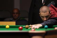 """De professionele speler speelt snooker tijdens de toernooien""""victoria Bulgarije open† van de Wereldsnooker in Sofia Stock Foto's"""