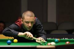 """De professionele speler speelt snooker tijdens de toernooien""""victoria Bulgarije open† van de Wereldsnooker in Sofia Stock Afbeeldingen"""