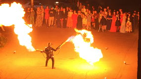 De professionele stuntman produceert een vlam van brand van brandkanonnen stock footage
