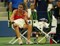 De professionele tennisspeler Anastasija Sevastova van Letland heeft medische aandacht tijdens haar US Open 2016 kwart definitiev royalty-vrije stock foto's