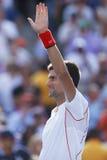 De professionele tennisspeler Novak Djokovic viert overwinning na halve finalegelijke bij US Open 2013 Royalty-vrije Stock Afbeelding