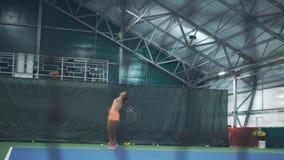 De professionele treinen van de tennisspeler Het uitoefenen van een slag stock video
