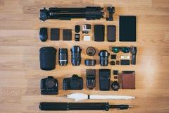 De professionele uitrusting van de fotocamera is keurig gevouwen op houten oppervlakte Royalty-vrije Stock Afbeelding